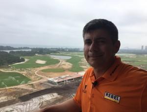 Adilson da Silva, com o campo olímpico de golfe ao fundo (Foto: Thales Soares)