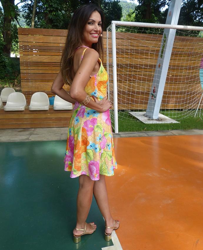 Patrícia Poeta apresenta É de Casa com vestido colorido (Foto: Gabi Freitas / Gshow)