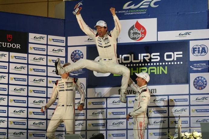 No pódio, Mark Webber dá seu famoso salto para comemorar o título do Mundial de Endurance (Foto: Divulgação)