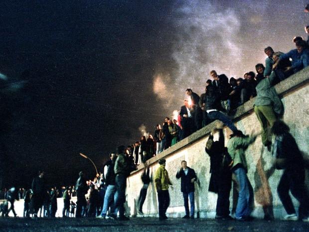 Festa após anúncio da derrubada do Muro de Berlim em 9 de novembro de 1989 (Foto: Herbert Knosowki/Reuters/Arquivo)