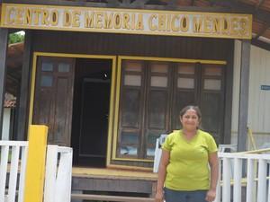 Maria Elvana era adolescente quando conheceu Chico Mendes e hoje ajuda a preservar memória do líder (Foto: Yuri Marcel/G1)