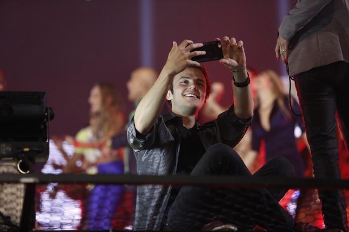 Miguel Roncato registra o grande encontro de estrelas em selfie (Foto: Raphael Dias / Gshow)