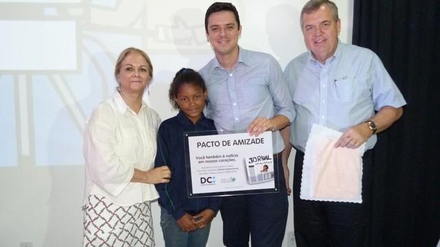 Ricardo Dias (C) recebeu placa pela RBS TV de Criciúma (Foto: RBS TV/Divulgação)