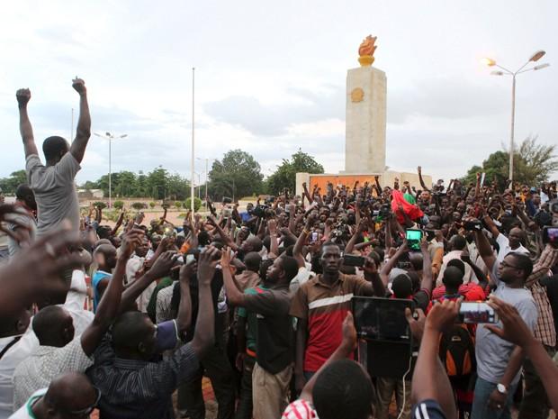 Manifestantes fazem protesto contra a guarda presidencial em Uagadugu, na quarta (16) (Foto: Reuters/Joe Penney)