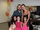 Luciano posa com a mulher e as filhas gêmeas em bastidores de show