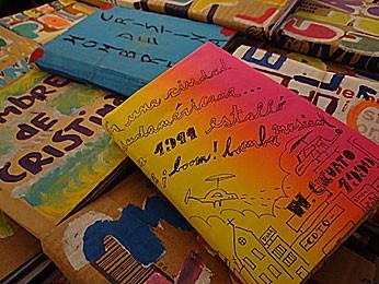Exemplos de livros feitos em cooperativas cartoneiras (Foto: Luna Markman / G1)