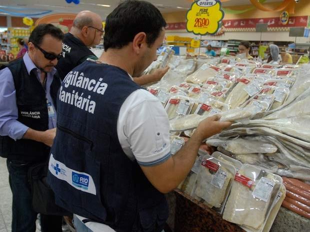 Ficais da Vigilância Sanitária verificam as condições de acondicionamento do bacalhau, estrela do cardápio de Pácoa (Foto: Nelson Duarte/ Vigilância Sanitária Municipal)