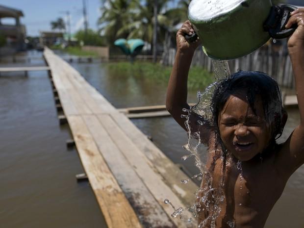 Garoto se banha nas águas do rio Solimões, em  Careiro da Varzea, no Amazonas (Foto:  REUTERS/Bruno Kelly)
