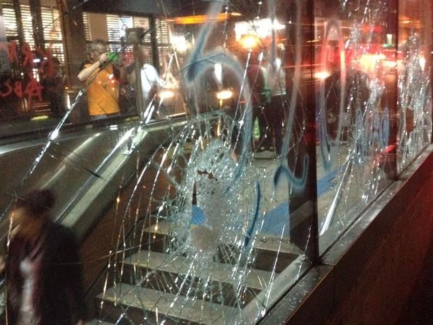 Estação do metrô na Av. Paulista foi depredada. (Foto: Ana Carolina Moreno/G1)