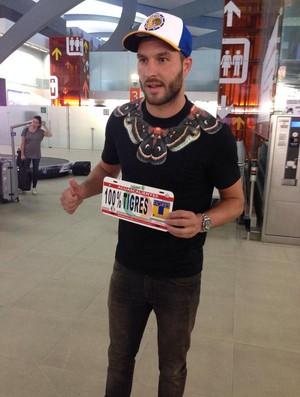 Gignac chega ao México para assinar com o Tigres (Foto: Reprodução / Twitter)