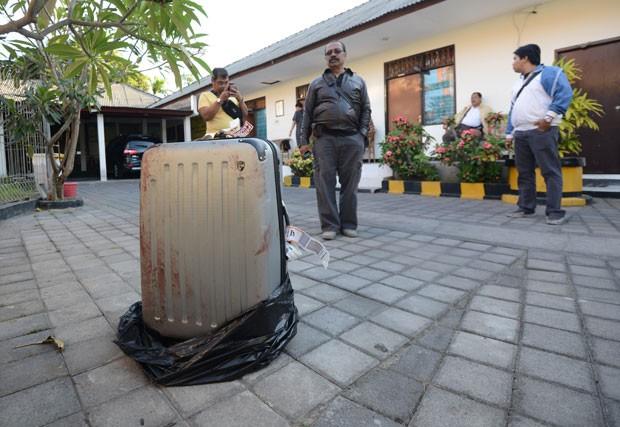 Foto desta terça-feira (12) mostra mala onde foi encontrado o corpo de uma americana junto a um hotel de luxo na ilha de Bali, na Indonésia (Foto: Sonny Tumbelaka/AFP)