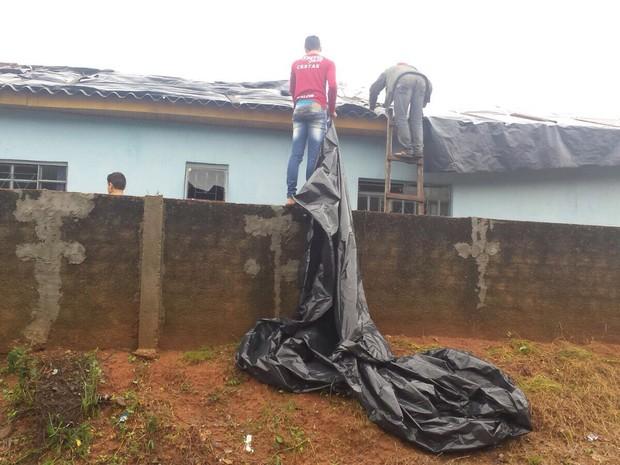 Durante a manhã, moradores de Janiópolis contabilizaram os estragos e cobriram as casas com lonas (Foto: Artur Bernardi/ RPC Noroeste)