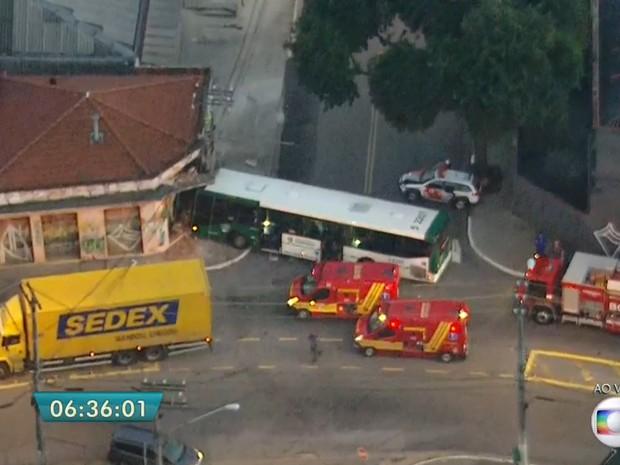 Ônibus colidiu com loja na Rua Vergueiro, na altura do Sacomã, na manhã desta quinta-feira (16) (Foto: Reprodução/TV Globo)