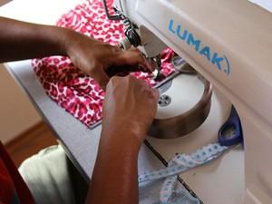 Oficina de costura faz parte de um dos projetos de renda da ONG (Foto: Fernando Schnaidman/ Divulgação)