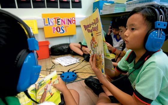 Crianças em salas de aula em Cingapura .A valorização dos professores levou o país á primeira posição no ranking internacional de educação (Foto: CAROLINE CHIA/AFP)