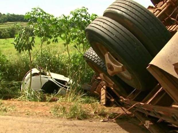 Carros caíram em barranco, às margens da PR-218 (Foto: RPC/Reprodução)
