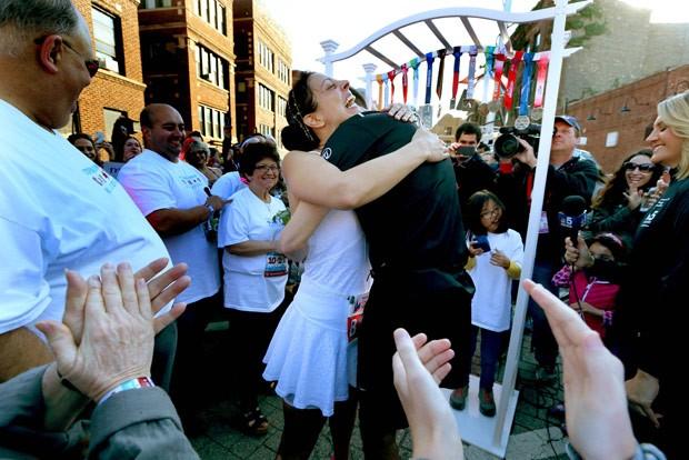 Eles disseram o 'sim' por volta do quilômetro 12 da prova (Foto: Nancy Stone/Chicago Tribune/AP)