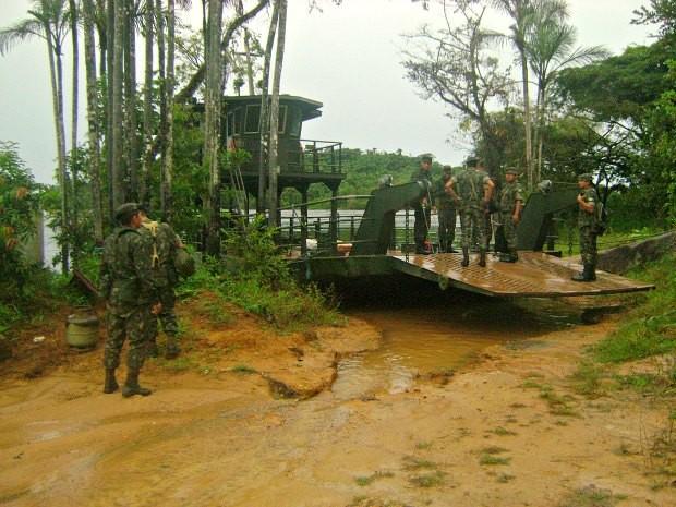 Militares do Exército inspecional embarcação na manhã de sábado (Foto: Lindon Jonhson/TV Amazonas)
