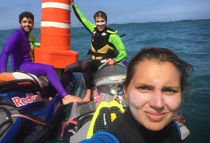 Pedro Scooby, Carlos Burle e Maya Gabeira encontra cone em meio à sujeita do poluido mar de São Conrado (Foto: André Callado)