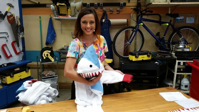 Kika Motta mostra como transformar um roupão em um divertido tubarão (Foto: Leonardo Arromba/Gshow)