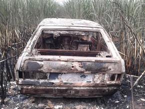 Carro ficou totalmente destruído após criminosos atearem fogo  (Foto: Divulgação/ J. Serafim)