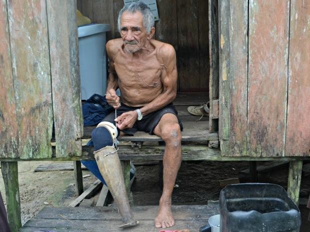 Ex-seringueiro diz preferir prótese de madeira por ser mais leve  (Foto: Adelcimar Carvalho/G1)