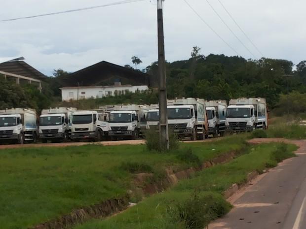 Veículos coletores de lixo ficam parados por conta da manifestação (Foto: Adonias Silva/G1)