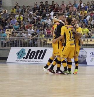 Jaraguá x Sorocaba comemoração (Foto: Guilherme Mansueto / Magnus Futsal)