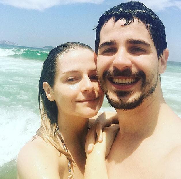 Vitória Frate e Pedro Neschling na praia do Leblon, no Rio (Foto: Reprodução Instagram)