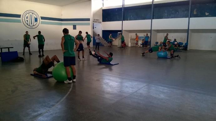 Confiança treina no salão social do clube (Foto: João Áquila / GloboEsporte.com)