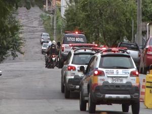 Policiais em motocicletas e carros anunciam início de operação (Foto: TV Integração/Reprodução)