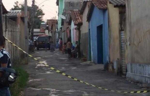 Suspeitos trocaram tiros com a PM e acabaram mortos, no Bairro Goiá II, em Goiânia (Foto: Pedro Nunes/O Popular)