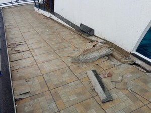 Pisos estão soltando depois de 1 ano da inauguração do prédio (Foto: Adolfo Lima/ TV TEM)