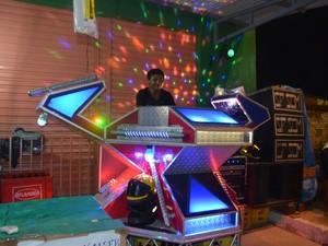 Aparelhagem convoca brincantes para dançar brega melody no entorno do sambódromo  (Foto: John Pacheco/G1)