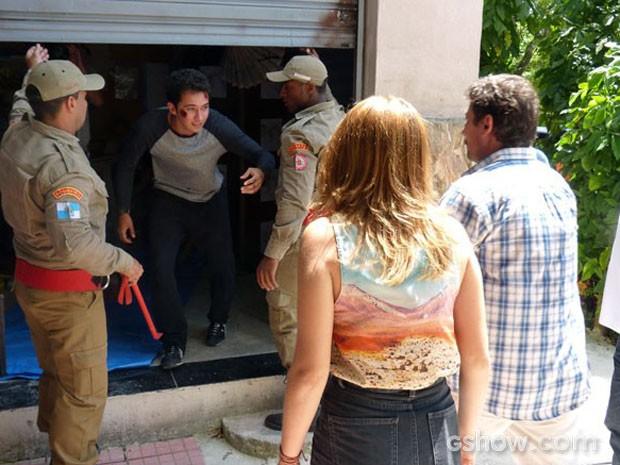 Bombeiros conseguem abrir a loja e libertar Ben (Foto: Malhação / TV Globo)