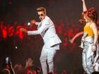 Com cabelo no estilo Elvis Presley, Justin Bieber se apresenta nos EUA