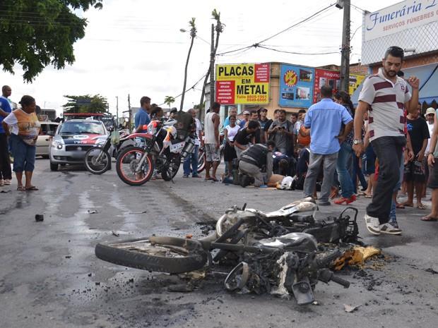 Um acidente envolvendo um ônibus e uma motocicleta no início da tarde desta segunda-feira (27) no Ilha do Bispo, em João Pessoa, deixou uma pessoa ferida. De acordo com o Samu, o ônibus passou por cima da moto, que em seguida pegou fogo. O motociclista conseguiu se afastar na moto antes da chegada do ônibus. Ainda conforme o Samu, o motociclita teve fratura nas costelas. Ele foi encaminhado para o Hospital de Emergência e Trauma (Foto: Walter Paparazzo/G1)