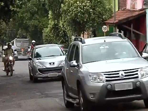 Previsão é que o trecho da rua seja liberado para motoristas a partir das 15h. (Foto: Reprodução / TV TEM)