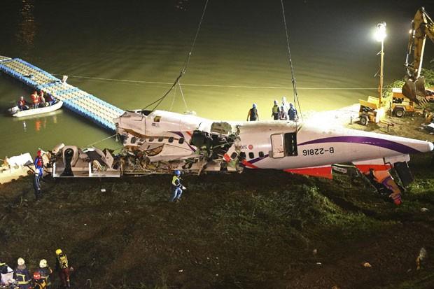 À noite, o avião já havia sido rebocado para a margem do rio (Foto: AP)