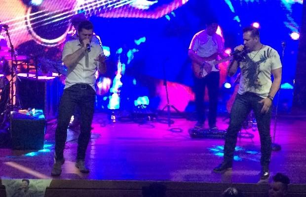 Gabriel e Rafael homenagearam Cristiano Araújo durante show em Goiânia Goiás (Foto: Vanessa Martins/G1)