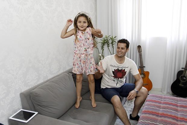 Pedro se diverte com Maria Sophia na sala de casa (Foto: Celso Tavares/EGO)
