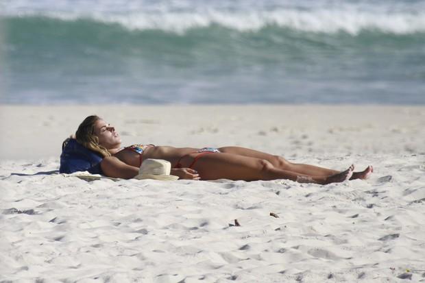 Robertha Portella na praia (Foto: Dilson Silva / AgNews)