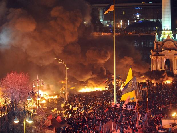 18/2 - Manifestantes entram em confronto na Praça da Independência em Kiev. (Foto: Genya Savilov/AFP)