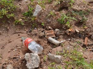 Material hospitalar foi encontrado em terreno baldio por crianças (Foto: Fernanda Bonilha/G1)