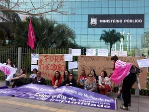 Grupo de mulheres fixou faixas e cartazes em frente ao prédio do Ministério Público (Foto: Carina Trindade/Arquivo pessoal)