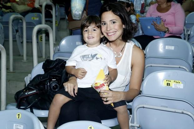 Juliana Knust com o filho (Foto: Roberto Filho / AgNews)