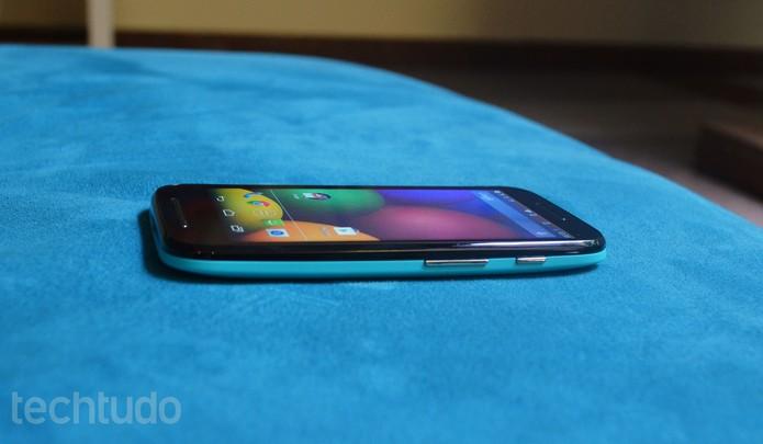 O Moto E possui dois botões laterais: de volume e o liga/desliga (Foto: Laura Rezende /TechTudo)