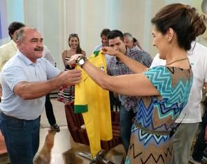 Fátima recebe camisa da Seleção Brasileira de presente (Foto: Encontro com Fátima Bernardes/TV Globo)