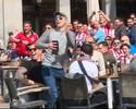 Torcedores do PSV jogam moedas no chão para pedintes em Madri