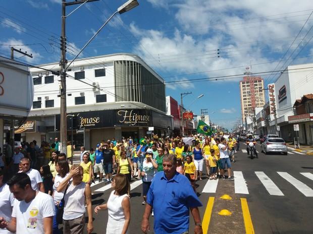 Manifestantes saíram em passeata pelas ruas de Tupã  (Foto: Diego Pereira/ Mais Tupã)